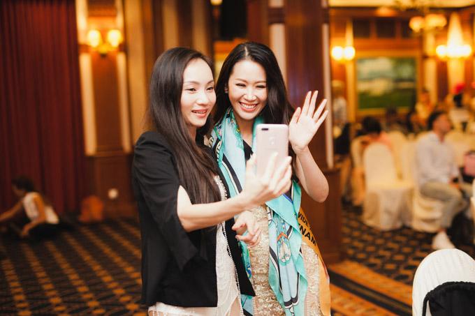 Duong Thuy Linh duoc me cham soc khi di thi Mrs Worldwide
