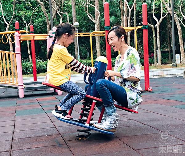 Hoa hau Hong Kong 2001 di choi cung con gai trong Ngay cua cha