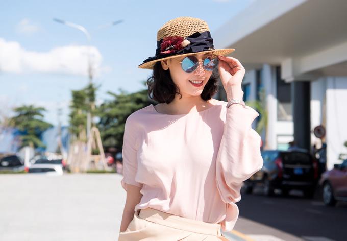 Mỹ nhân 42 tuổi xinh tươi trong nắng hè Quy Nhơn. Cô rất thích cảnh đẹp và các món ăn ngon ở thành phố này.