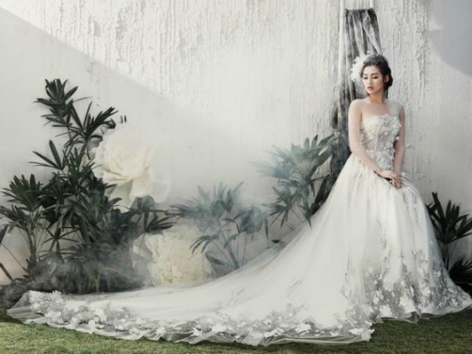 Một lần khác, cô nàng hóa thân thành công chúa cổ tích với áo cưới có họa tiết ren chỉ, ren nổi trên nền voan mỏng.