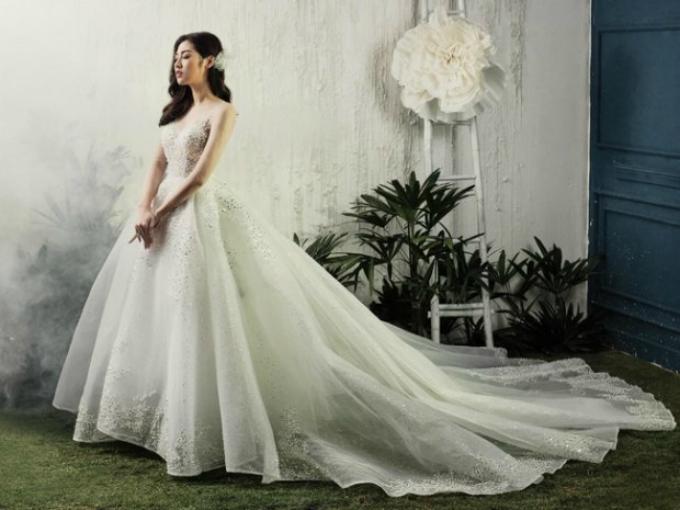 Tú Anh xuất hiện trong chiếc váy được may từ chất liệu sheer cao cấp, xốp nhẹ với nhiều lớp lót bên trong và được đính ngọc trai tỉ mỉ.