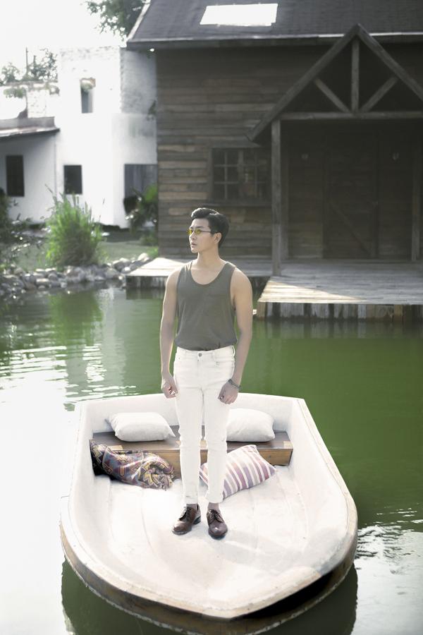 Chàng diễn viên trẻ còn chọn áo thun ba lỗ kết hợp cùng quần skinny, quần âu khi đi chơi, đi cà phê cùng bạn bè.