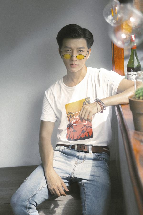 Cùng với sơ mi, chàng MC còn chọn thêm các kiểu áo thun để mix đồ theo style năng động trẻ trung.