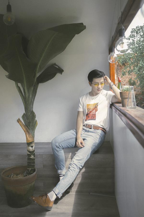 Diện áo thun trắng đi cùng jean xanh cổ điển là công thức phối đồ được nhiều bạn nam yêu thích vì sự đơn giản và tiện lợi.