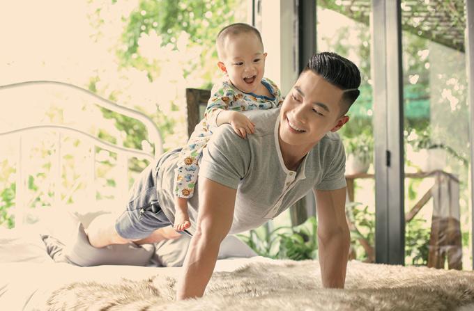 Quoc Co tan huong hanh phuc ben vo va con trai cung