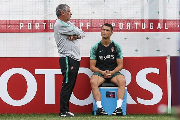 HLV Fernando Santos trao đổi riêng với C. Ronaldo.