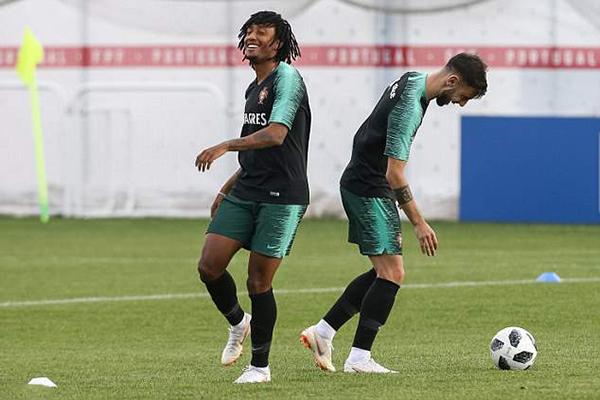 Buổi tập của tuyển Bồ Đào Nha diễn ra trong không khí vui vẻ. Sau trận thắng 1-0 trước Marốc, cơ hội đi tiếp của tuyển Bồ Đào Nha rất rộng mở khi chỉ cần hòa Iran ở lượt trận cuối.