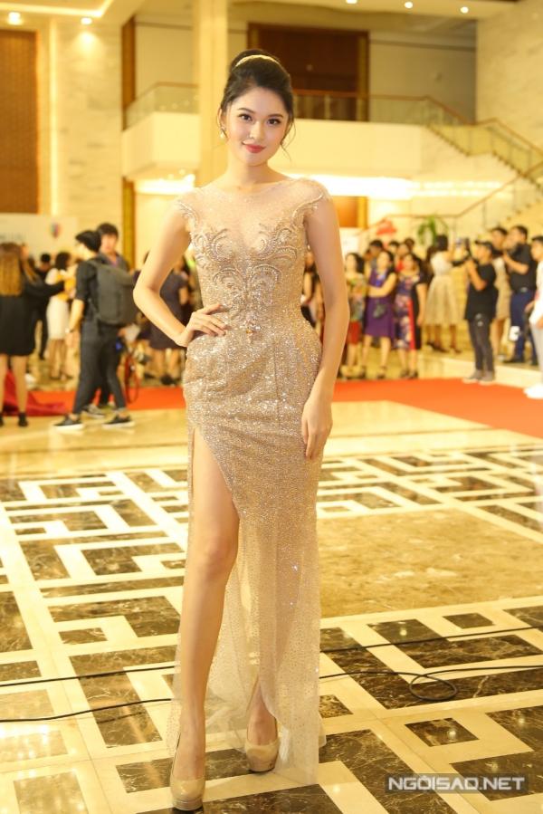 Á hậu Thùy Dung cũng lựa chọn một bộ váy phom dáng ôm, chất liệu ánh kim. Cô vừa tốt nghiệp Đại học Ngoại thương TP HCM và tiếp tục theo đuổi công việc MC tiếng Anh chuyên nghiệp.