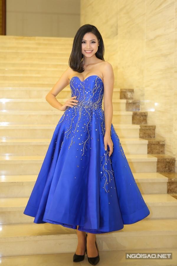 Top 5 Hoa hậu Việt Nam 2016 - Đào Thị Hà diện váy màu xanh nổi bật.
