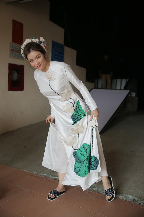 Ly Nha Ky mac ao dai di dep le dua nghich o hau truong
