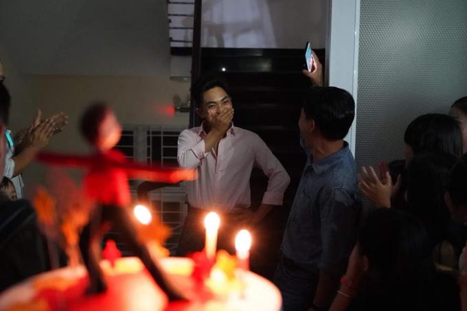 Khanh Thi bat khoc trong tiec sinh nhat cua Phan Hien