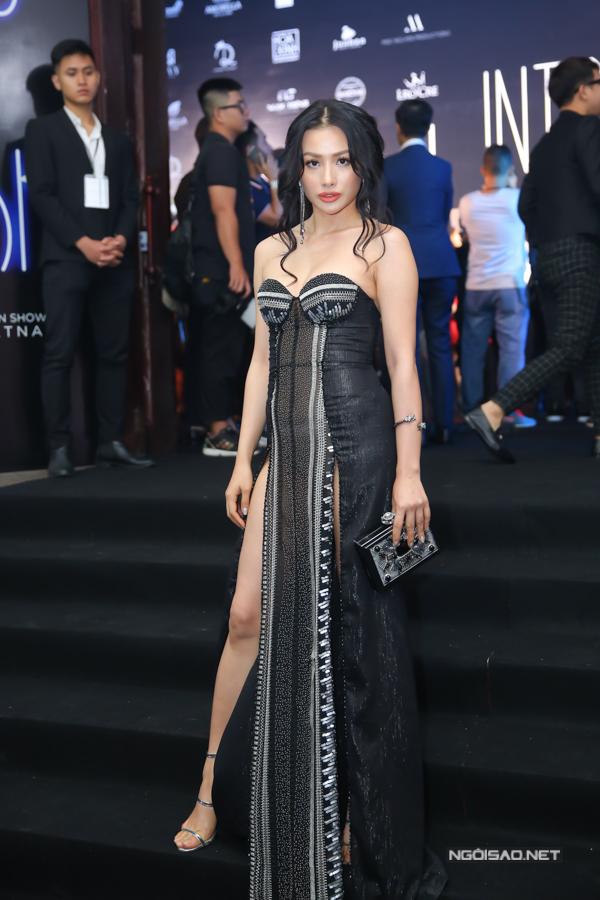 Trương Nhi thể sự táo bạo trong phong cách thảm đỏ với thiết kế váy xẻ hai tà.