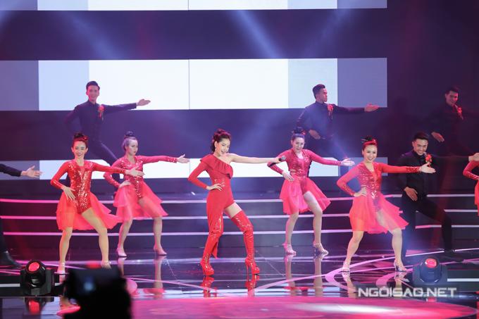 Chi Pu nhảy sôi động cùng dàn thí sinh Hoa hậu Việt Nam 2018