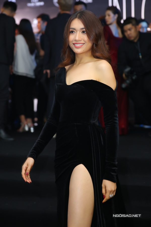 Lệ Hằng chọn thiết kế váy nhung với các chi tiết trễ vai, xẻ chân váy khai thác khoảng hở.