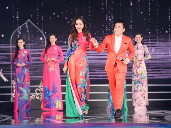 Chi Pu nhay soi dong cung dan thi sinh Hoa hau Viet Nam 2018