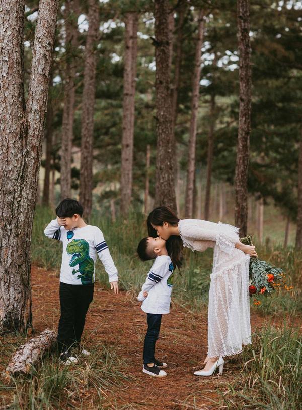 Nữ diễn viên hài chia sẻ hai con trai cô sắp phải đi học hè nên cô muốn Bánh Mì và Xá Xị được tận hưởng không khí mát mẻ, trong lành ở thành phố cao nguyên trước khi kỳ nghỉ hè kết thúc.
