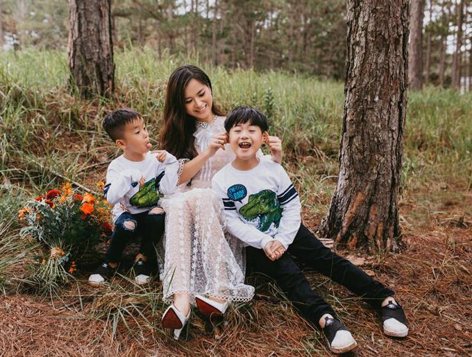 Sau thời gian bận rộn với lịch diễn và ghi hình gameshow dày đặc, Lâm Vỹ Dạ tranh thủ vài ngày rảnh rỗi để đưa hai con trai Bánh Mì và Xá Xị đi du lịch Đà Lạt.