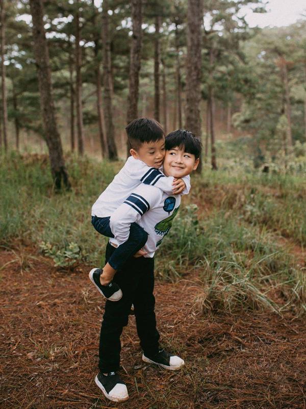 Bánh Mì là anh cả, tỏ ra rất chững chạc. Cậu bé thường giúp mẹ trông em trai Xá Xị và luôn nhường nhịn mỗi khi hai anh em chơi chung.