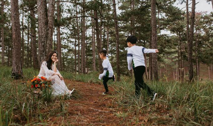 Lâm Vỹ Dạ và hai con trai có nhiều khoảnh khắc vui vẻ trong chuyến đi này. Nữ diễn viên hạnh phúc nhìn ngắm Bánh Mì và Xá Xị nô đùa xung quanh.