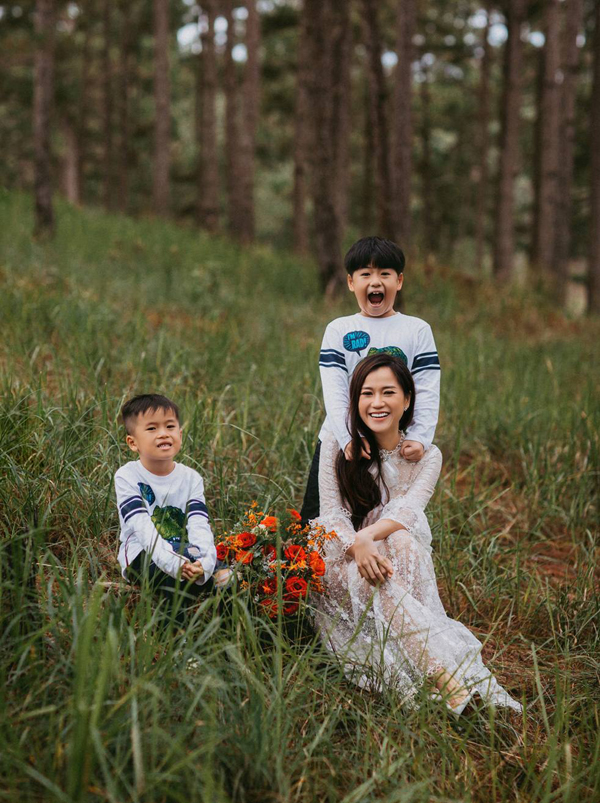 Diễn viên HứaMinh Đạt - ông xã của Lâm Vỹ Dạ - không đi cùng 3 mẹ con cô trong chuyến đi này vì vướng lịch quay phim.