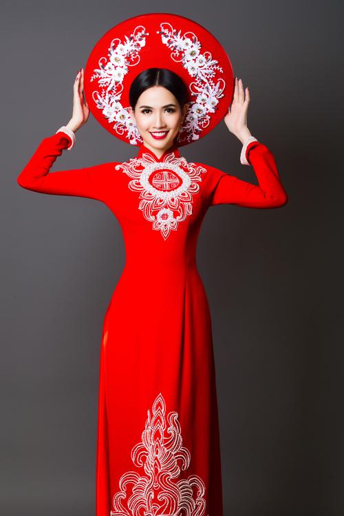 Trong bộ ảnh giới thiệu những thiết kế áo dài cưới của NTK Minh Châu, Phan Thị Mơ xuất hiện với vẻ đẹp mặn mà, duyên dáng.
