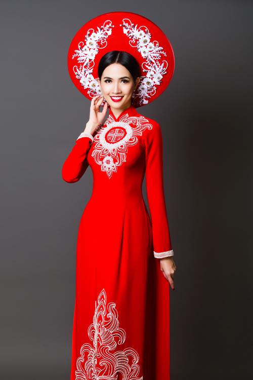 Cô chọn những mẫu áo tông trắng, đỏ với hoa văn thêu nổi, đính kết tỉ mỉ mang đậm phong cách Á đông.