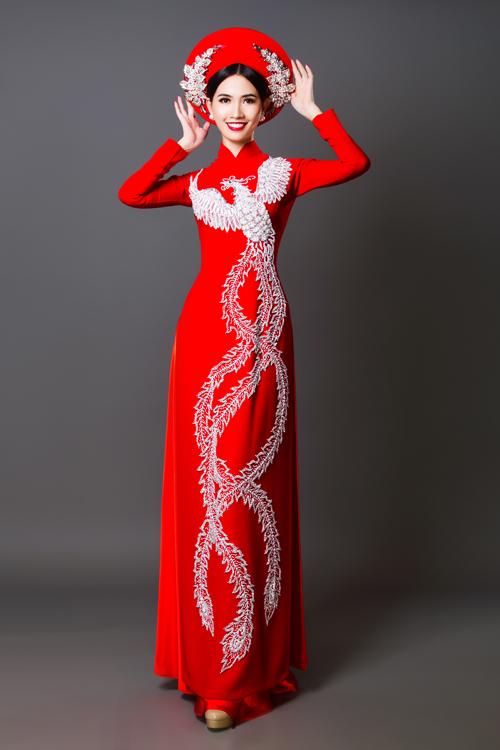 Áo dài đỏ thuê hình chim phương hoàng trải dài từ vai áo xuống rất tôn dáng, tạo nét thanh thoát, mảnh mai.