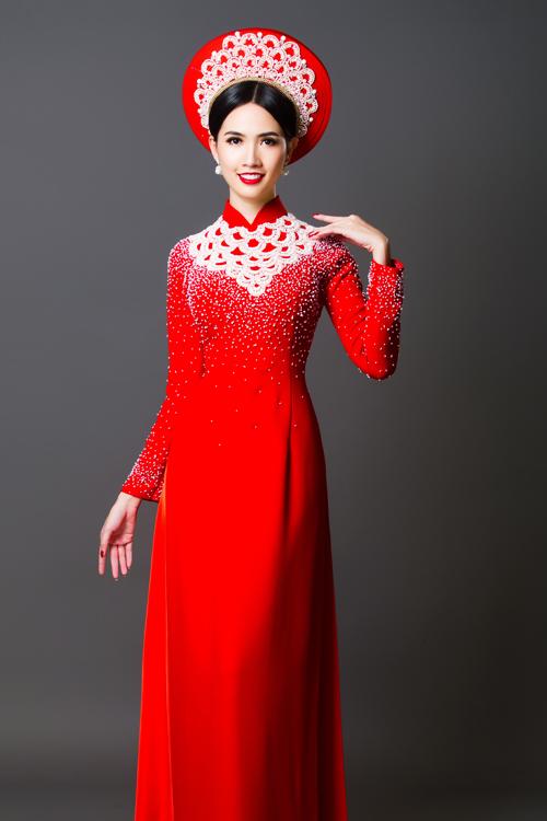 Kiểu cổ áo tạo khối hoa văn chữ V giúp phần vai cô dâu trông thon gọn.