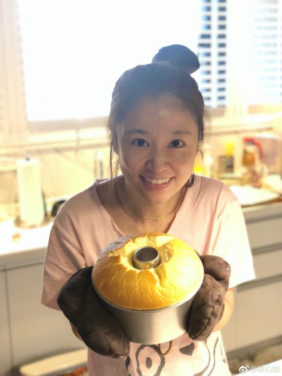 Lâm Tâm Như từng tiết lộ, để có làn da mượt mà, trước khi đi ngủ, cô thường uống một ly vang đỏ và sử dụng mặt nạ yogurt để phục hồi da.