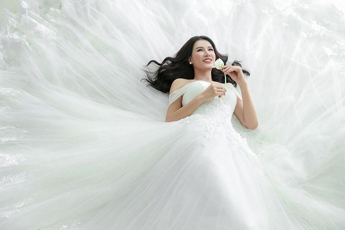 Bộ ảnhcủa Trang Trần được thực hiện với sự hỗ trợ của make-up Hoàng Minh Lê và váy cưới của NTK Chung Thanh Phong.