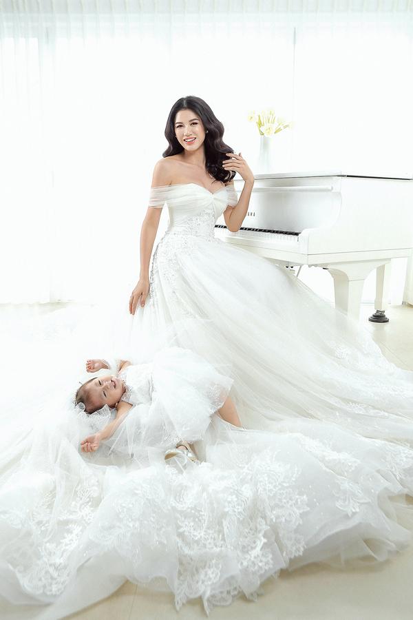 Cô nhóc mặc váy trắng bồng bềnh như công chúa, làm phù dâu cho mẹ.