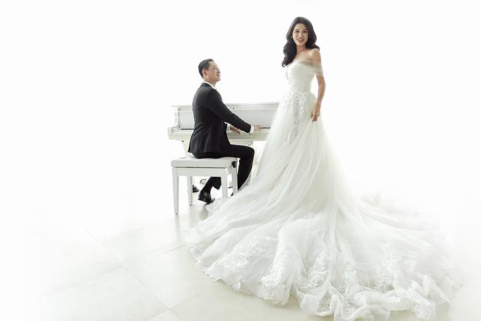 Bộ ảnh cưới của Trang Trần được thực hiện vào cuối năm ngoái khi ông xã cô về nước thăm vợ con và tổ chức sinh nhật cho bé Kiến Lửa. Tuy nhiên cựu người mẫu đã giấu kín và chỉ quyết định tung ra trong dịp ông xã Louis Trầnbước sang tuổi mới vào ngày 26/6.