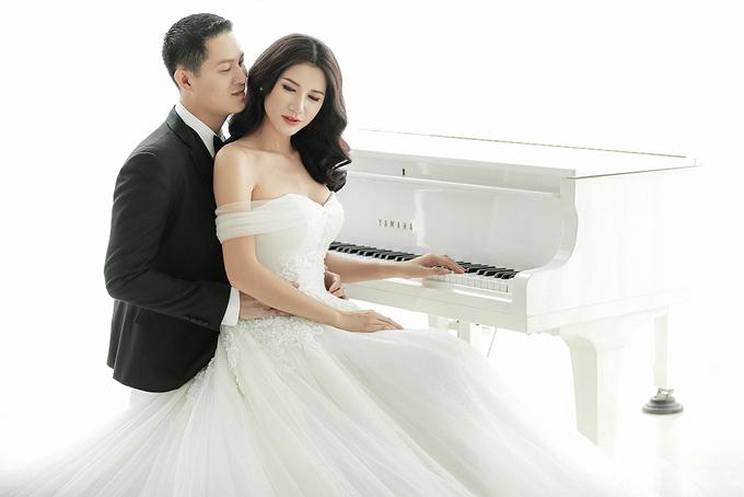 Trong ảnh cưới lãng mạn, Trang Trần làm cô dâu gợi cảm, e ấp bên người bạn đời. Cả hai dành cho nhau rất nhiều cử chỉ âu yếm, ngọt ngào.