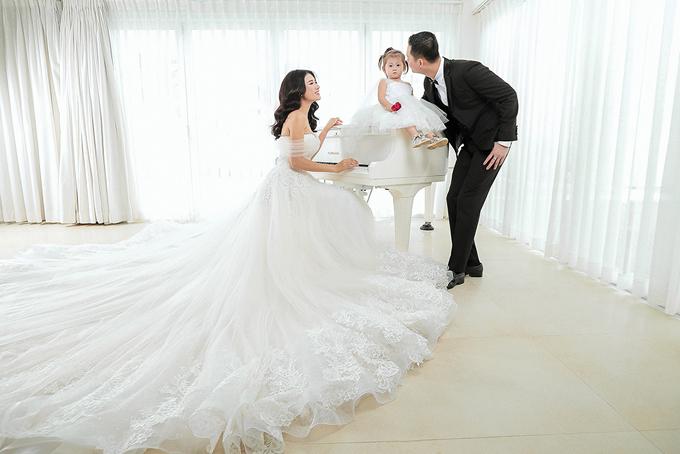Bé Kiến Lửa, con gái đầu lòng của cặp đôi cũng góp mặt trong bộ hình cưới của bố mẹ.