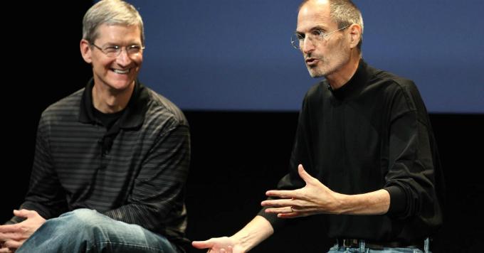 Tim Cook (trái) và Steve Jobs năm 2010, thời điểm Cook sắp kế vị Jobs qua đời vì ung thư. Ảnh:CNBC.