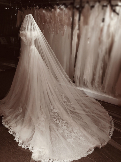 Khi kéo căng những lớp vải, hoa văn hiện lên rõ nét. Các dải hoa dây leo được đính kết bằng tay đan xen vào hoa văn ren có sẵn của vải một cách hài hòa, tinh tế.