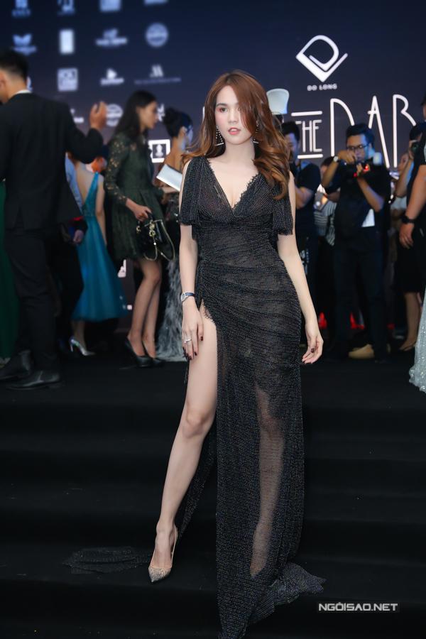 Váy xẻ cao bất tận là trang phục được nhiều người đẹp chọn lựa để sử dụng. Ngọc Trinh giúp mình trở nên thu hút hơn với váy xuyên thấu.