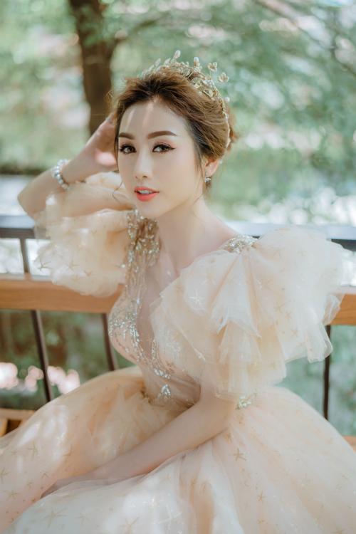 Cô dâu có thể dùngthêm phụ kiện bờm tóc kim loại đểmái tóc thêm phần nổi bật.