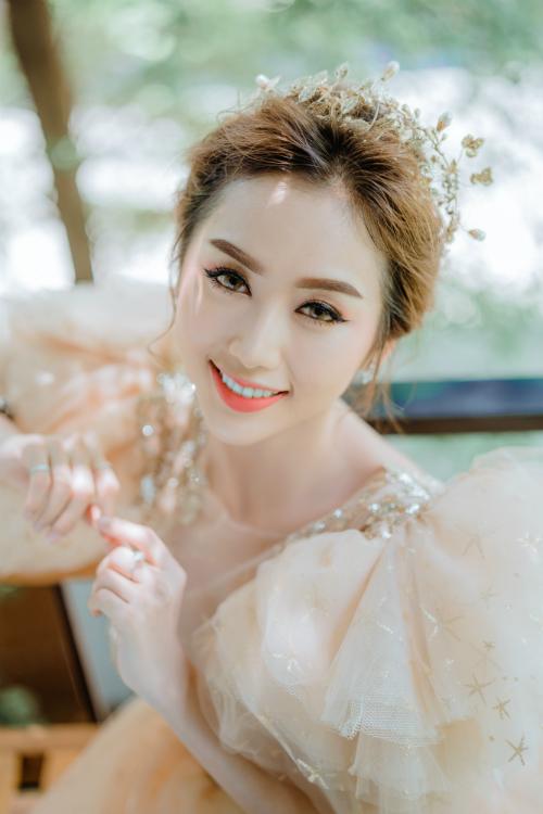 Kiểu makeup với tông cam hồng chủ đạo có thể hô biến tân nương thành nàng công chúa đích thực. Màu cam tượng trưng cho sự năng động, nhiệt huyết,còn sắc hồng ngụ ý vềmột tình yêu ngọt ngào. Sự kết hợp của hai gam màu này đem đến nét lãng mạn và bồng bềnh cho cô dâu.