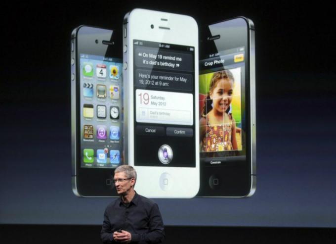 Tim Cook trong lần đầu thay thế Steve Jobs ra mắt một chiếc iPhone năm 2011, trướcnhiềungờ vực về năng lực điều hành. Ảnh:Reuters.