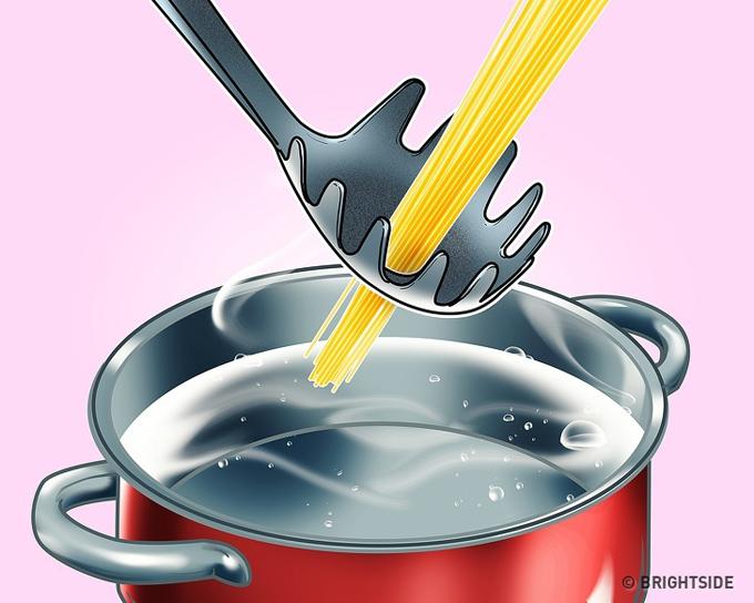 Khi nấu mì spaghetti, bạn nên sắm cho mình một chiếc thìa chuyên dụng. Nó sẽ giúp bạn đo lượng mì cần thiết để nấu theo cách như hình (bỏ mì vào ô ở giữa chiếc thìa).