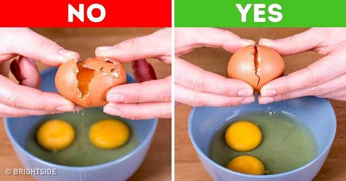 Nhiều người có thói quen đập trứng ở rìa bát cho nhanh, sau đó đổ vào trong bát nhưng các làm này dễ khiến vỏ trứng rơi vào bên trong. Hãy đập trứng trên bề mặt phẳng hay ở một cạnh bếp rồi sau đó nhẹ nhàng tách đôi ra và cho lòng đỏ vào bát nhé.