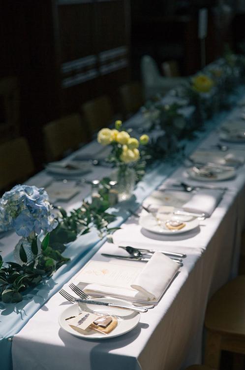 Bàn tiệc của khách mời được trang trí bởi hoa cẩm tú cầu xanh, các nhành cây gợi lên không gian mát mắt, dễ chịu.