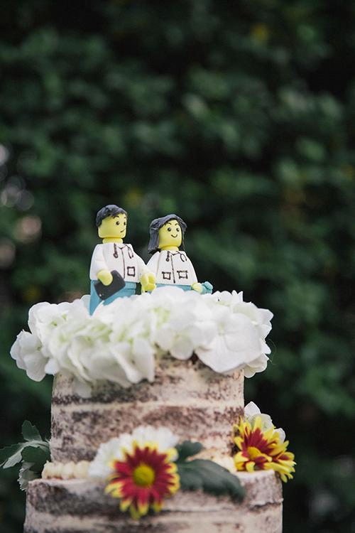 Bánh cưới với hình ảnh cô dâu chú rể được mô phỏng từ trò chơi Lego nổi tiếng.