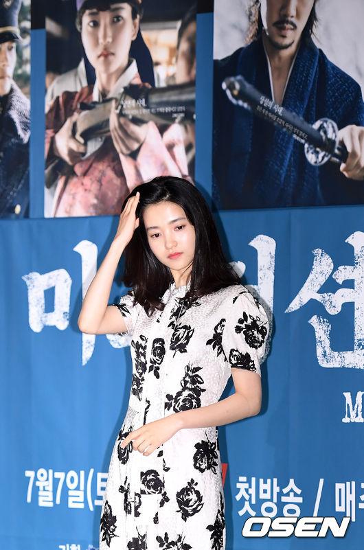 Trong khi đó, Kim Tae Ri nhận xét rằng nhân vật của cô là một cô gái trẻ tuổi, bướng bỉnh,luôn kiên địnhvà dứt khoát trong việc làm cái gì, vứt bỏ cái gì. Sau khi cha mất, cô gái càng thêm nung nấu ý chí bảo vệ đất nước khỏi bàn tay của kẻ thù Nhật Bản.