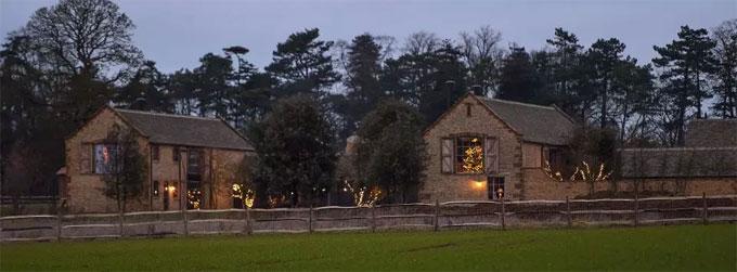 Vic cho xây một sân tennis tại biệt thự ở vùng Oxfordshire, Anh. Chi phí xây dựng và thiết kế lên đến 30.000 bảng với sự tham gia của kiến trúc sư danh tiếng Marcus Barnet.