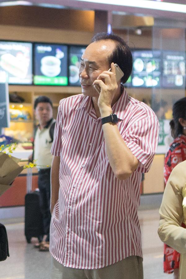 Bo Duong Thuy Linh ra san bay don con gai ve nuoc