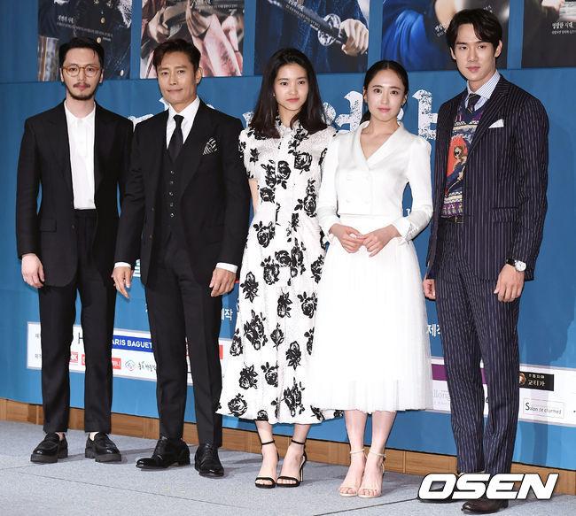 Mr Sunshine là sự kết hợp của nhà biên kịch Kim Eun Sook và đạo diễn Lee Eung Bok. Đây là lần thứ ba bộ đôi nàykết hợp cùng nhau, sau Hậu duệ mặt trời và The Guardian. Phim ra mắt tập đầu hôm 7/7, dự kiến kéo dài 24 tập. Theo một số nguồn tin, chi phí sản xuất tác phẩmlên đến 40 tỷ won (35,8 triệu USD), được đánh giá là một trong những bộ phim lịch sử có kinh phí đầu tư lớn nhất từ trước tới nay.