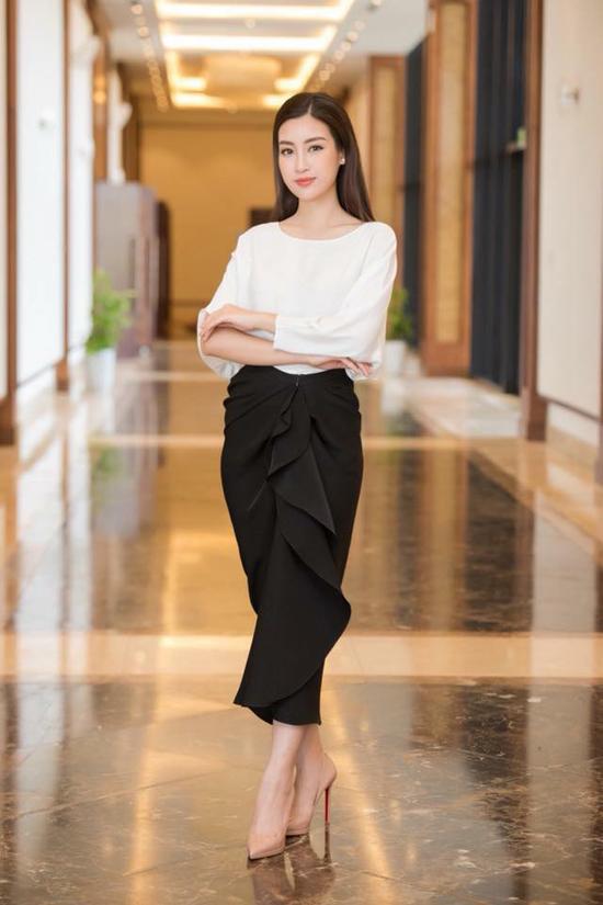 Hoa hậu Đỗ Mỹ Linh chọn giầy nude mũi nhọn, hoa tai đơn giảnđể mix cùng bộ trang phục theo phong cáchthanh lịch.