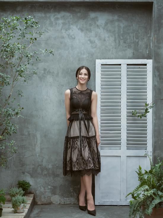 Sử dụng tông đen cho các mẫu thiết kế, nhưng nhà mốt Việt vận dụng linh hoạt hoa ren để tránh cảm giác già nua.